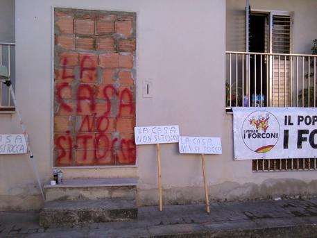 Si fanno murare in casa: messo giudiziario entra da finestra