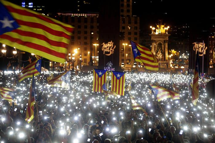epaselect epa04949596 Mobile phones light up the crowd of people attending the last leg of the election campaign of the pro-sovereignty bloc 'Junts pel Si' (Together for the Yes) in Barcelona, Catalonia, Spain, 25 September 2015. Catalans go to the poles on 27 September to elect the Catalonian parliament.  EPA/ALBERTO ESTEVEZ